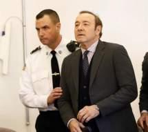 El actor estadounidense Kevin Spacey (c) es escoltado por la policía a su salida del tribunal de Nantucket, EE.UU. Foto: EFE