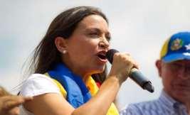 María Corina Machado, micrófono en mano se dirije a manifestantes