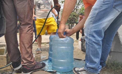 Falta de agua a obligado a los caraqueños a recurrir a abastecerse como sea/Foto: Lisandro Casaña