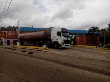 Pocas gandolas surten combustible en el Táchira