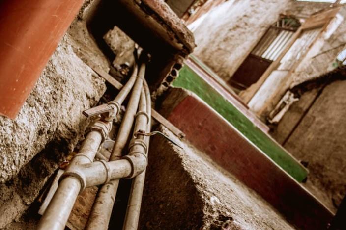 Tomas de agua creadas por los vecinos de José Félix Ribas / Foto: Valentín Guimaraes