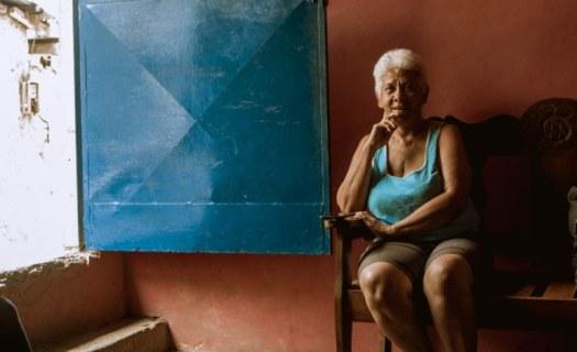Christina Vagas vive con seis personas más y deben conseguir surtirse de agua / Foto: Valentín Guimaraes