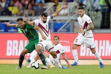 Rincón (2i) de Venezuela disputa un balón ante Leonel Justiniano (i) de Bolivia este sábado, durante el partido Bolivia-Venezuela del Grupo A de la Copa América de Fútbol 2019, en el Estadio Mineirão de Bello Horizonte (Brasil). EFE/ Juan Ignacio Roncoroni