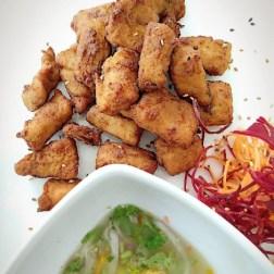Ceviche frito de Ikura Sushi Bar, deliciosos trozos de pescado blanco tempurizados, acompañado de abundante leche de trigra, para bañar cada bocado con toda la sazón del ceviche clásico