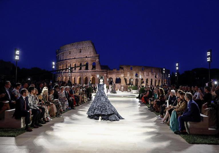 Amplias faldas y vestidos mostró Fendi en esta colección/Foto: EFE