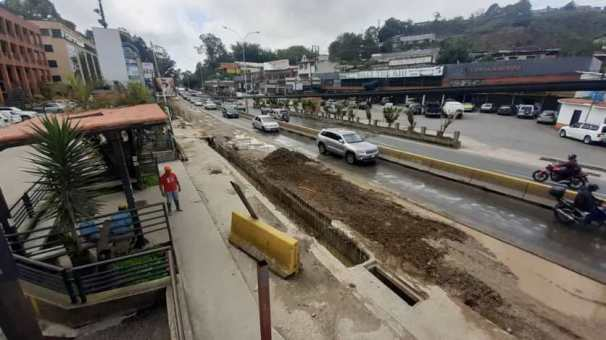 Las lluvias contribuyen con el colapso vehicular
