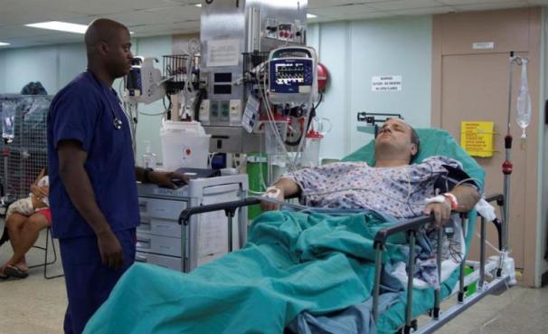 Un paciente espera por una cirugía que le practicarán médicos de la misión humanitaria / Foto: EFE