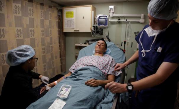 El paciente colombiano Johan Ángel espera una cirugía que le realizarán los médicos de la misión humanitaria/ Foto: EFE