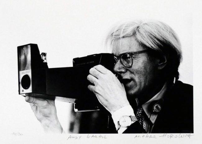 Andy Warhol con una Polaroid Big Shot