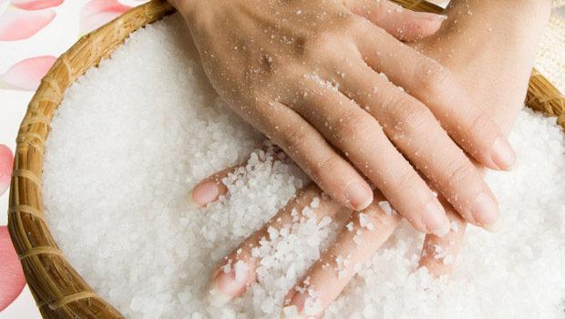 خلطات طبيعية لعلاج جفاف اليدين