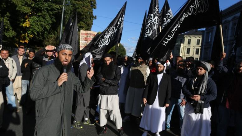 """Τρόμος στη Σκανδιναβία Oslo 20120921. Radikale islamister demonstrerer utenfor den amerikanske ambassaden fredag i forbindelse utgivelsen av videoen """"Innocence of Muslims"""". Foto: Kyrre Lien / NTB scanpix"""