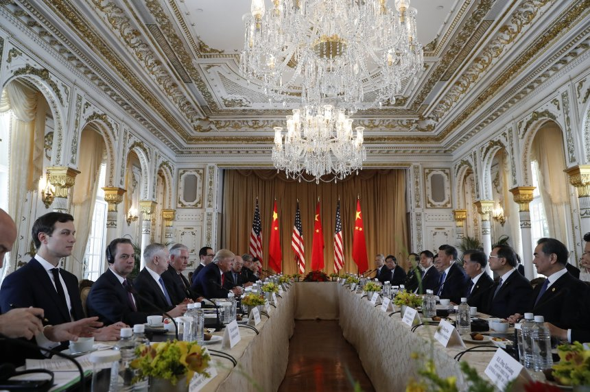 President Donald Trump, left, and Chinese President Xi Jinping, right, meet at Mar-a-Lago, Friday, April 7, 2017, in Palm Beach, Fla. Trump was meeting again with his Chinese counterpart Friday, with U.S. missile strikes on Syria adding weight to his threat to act unilaterally against the nuclear weapons program of China's ally, North Korea. (AP Photo/AlexBrandon)  Οι αποδέκτες της εκτόξευσης πυραύλων στη Συρία