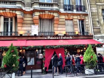 Em frente ao Relais de l'Entrecôt da Rue Benoit.