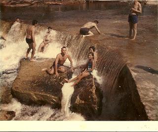Nas cachoeiras em Manaus, eu e meu pai (não sei se por trás de mim é minha mãe ou minha tia)