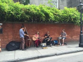 Sempre música pelas ruas! Um barato!