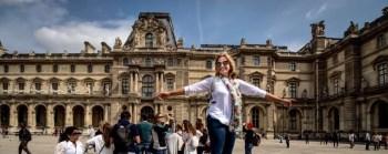 Em frente ao Louvre *