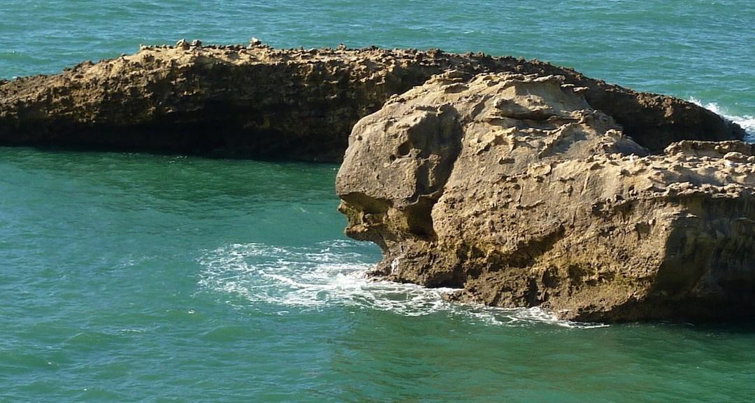 Rocher dans l'océan Atlantique à Biarritz.
