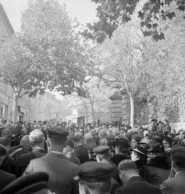 Cérémonie du 11 novembre. Monument aux morts. Pendant les discours Photo Marcel Maget—Phw-1939-1-6 © Mucem