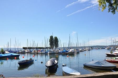Yachten bummeln sommerlich im Hafen von Unteruhldingen herum.