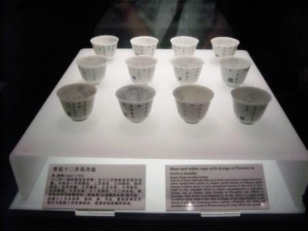 Eine andere Art von Kultur ist die Tee-Kultur, die in China schon seit Jahrtausenden zelebriert wird. Hier sind einige Teeschälchen aus feinstem chinesischem Porzellan der Qing-Periode (1662-1703) zu bewundern. (Foto: Hansjörg Dühning)