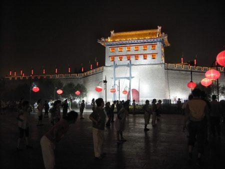 """Tanzen hält schön jung! - Das denken viele Senioren in China und treffen sich täglich morgens und abends zum """"Oma-Dancing"""", wie hier in Chongqing. (Foto: Hansjörg Dühning)"""