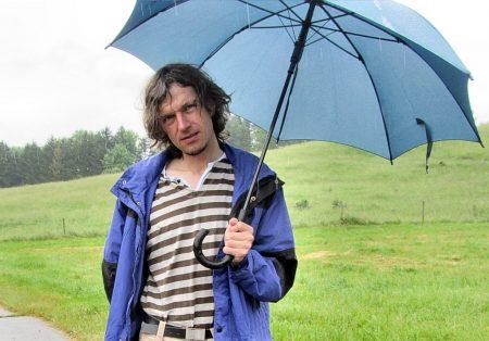 Müde, nassgeregnet und ein wenig entnervt ist der Anastratin-Chefredakteur Anfang Juni 2012 - und gleich auch erkältet. Wen wundert's - bei dem Wetter! (Foto: Ursula Dühning)