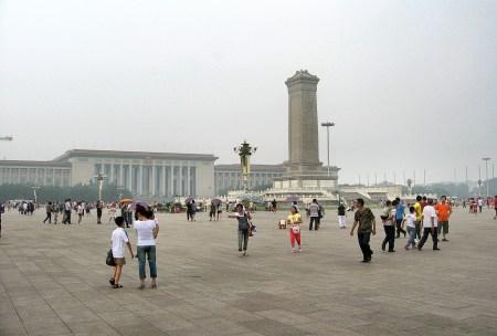Der Platz des himmlischen Friedens wird schon am frühen Morgen von Touristen gut besucht (Foto: Hansjörg Dühning).