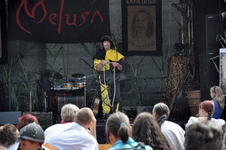 Marktvogt und Gaukler Tomberg von der Heyde bietet auf der Festbühne eines seiner Zauberkunststückchen feil (Foto: Martin Dühning).