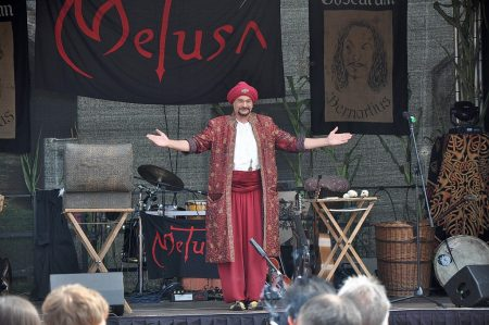 Der indische Magier Shri Magada eröffnet seine Vorführung beim Mittelalterfest 2012 in Oberlauchringen (Foto: Martin Dühning).