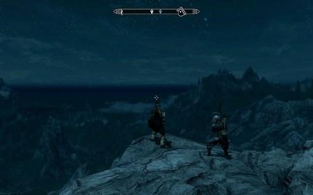 Nachts leuchten am Himmel von Skyrim die Sterne. Der Bodyguard rechts ist übrigens auch nachts wichtig wegen der Vampire.