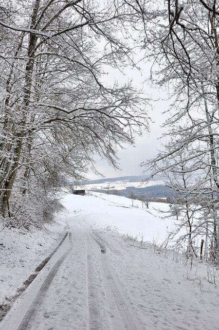 Verschneit liegen im Vorjura noch die Berge, fast reicht es noch für eine Schlittenkutschenrundfahrt. (Foto: Martin Dühning)