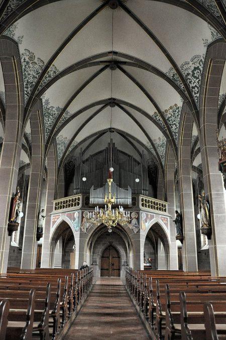 Blick vom Hauptschiff der Kirche Richtung Orgel und Ausgang (Foto: Martin Dühning)