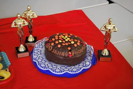 Großer, schokoladiger 30-Jahre-Phoenix-Geburtstagskuchen, gebacken vom Phoenix-Betreuer, daneben die Jubiläums-Trophäen (Foto: Gerhard Behnke)
