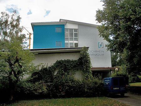 In frischem Blau präsentierte sich das Hochrhein-Gymnasium seit Sommer 2003, als ich es als Lehrer verließ. Die Buchstaben links waren damals überwuchert, aber das Logo prangte in klassischer Farbgebung blau-grau von der Fassade - und tut das auch noch heute, zehn Jahre später. (Foto: Martin Dühning)