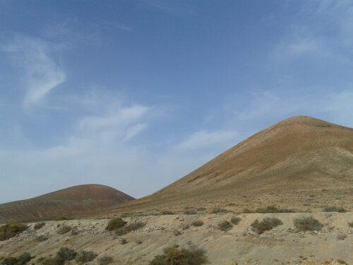 Bei blauem Himmel bildet die raue Felslandschaft malerische Farbkonstraste - auch ohne viel Vegetation.