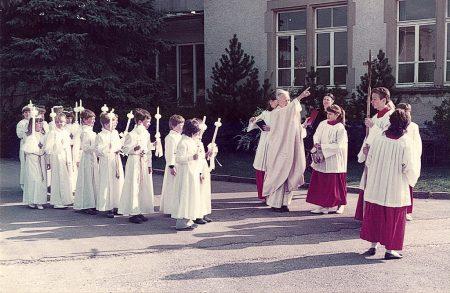 Pfarrer Josef Ruby kommandiert mit typischer Geste die Prozession der Erstkommunikanten ab. In den 80ziger Jahren war die Erstkommunion noch ein richtiges Volksfest in Oberlauchringen, an dem fast alle Kinder eines Jahrgangs teilnahmen. Dass es hier so wenige sind, liegt daran, dass wir ein sehr kleiner Jahrgang waren. (Foto: Helmut Würtemberger)