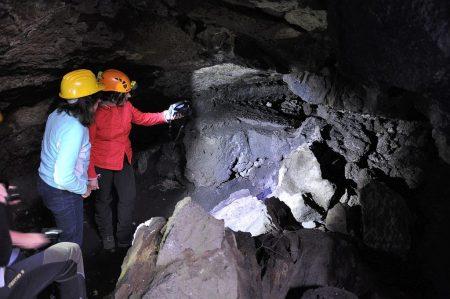 Erkundung einer (teilweise eingestürzten) Lavahöhle (Foto: Martin Dühning)