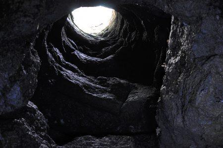 Durch Schächte wie diesen wurde einst Schnee vom Ätna in die Höhle geworfen. Er diente im Sommer zur Haltbarmachung von Fisch. (Foto: Martin Dühning)