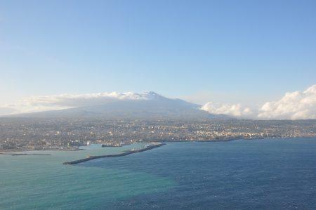 Anflug auf Catania mit dem majestätischen Ätna im Hintergrund (Foto: Martin Dühning)