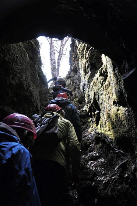"""Ausstieg aus der """"Räuberhöhle"""" (Foto: Martin Dühning)"""