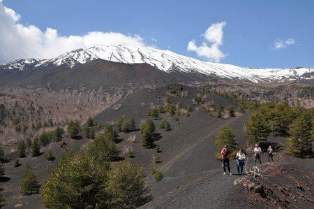 Blick vom Gipfel eines Nebenkraters auf den Ätna (Foto: Martin Dühning)