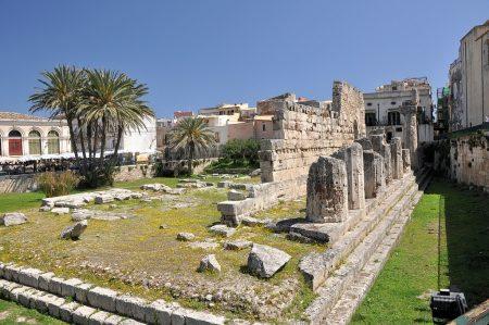 Der ehemalige Apollontempel zeigt auch heute noch die antiken Wurzeln des Stadtkerns von Syrakus auf der Halbinsel Ortygia. (Foto: Martin Dühning)
