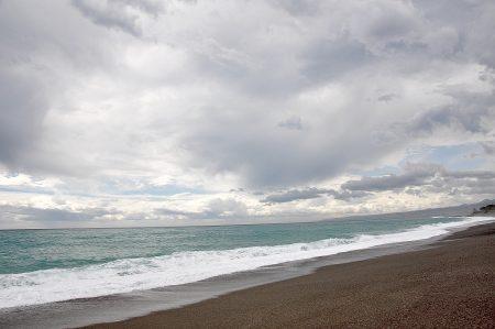Azurfarbener Ozean - selbst bei schlechtem Wetter behält das ionische Meer seine optimistischen Farben (Foto: Martin Dühning)