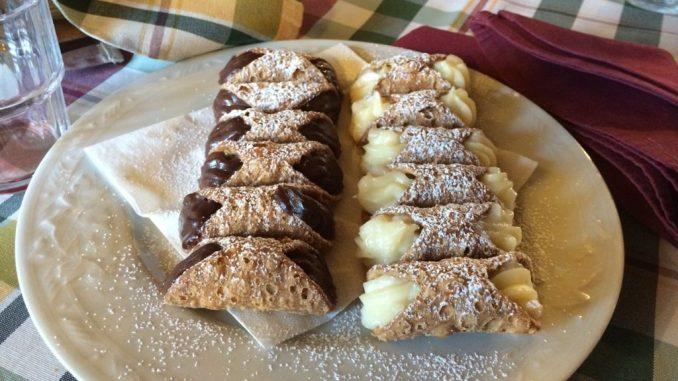 Cannoli sind eine typisch sizilianische Süßspeise mit süßer Ricottafüllung die es in mancherlei Variationen gibt - wie hier in einem Restaurant am Ätna (Foto: Christina Rojan-Schulte)