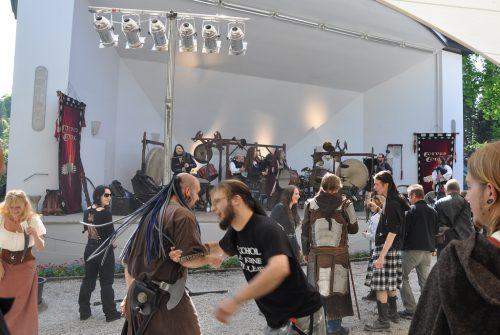 Auch ohne elektrische Beschallung ging es auf den Bühnen rund und im Publikum wurde getanzt und gefeiert (Foto: Martin Dühning)