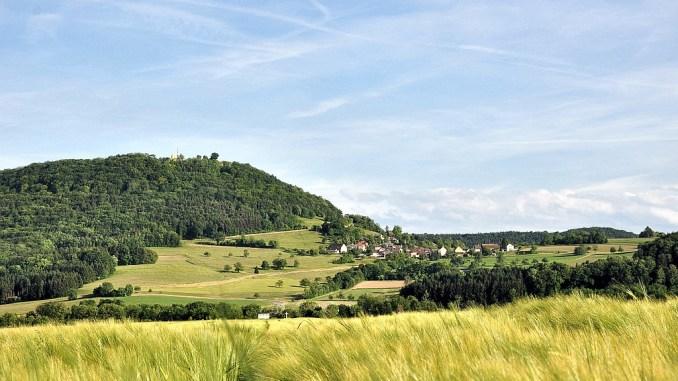 Die Küssaburg mit Bechtersbohl im Juni 2015 (Foto: Martin Dühning)