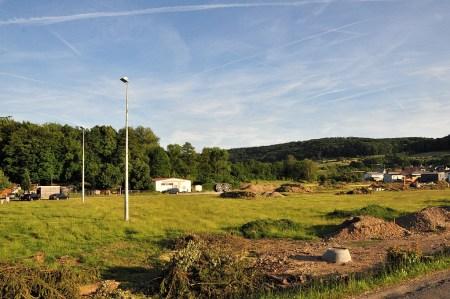 Dies war einmal ein grüner Fußballplatz, doch schon fressen sich graue, kantige Bauten weiter in die Landschaft, leider (Foto: Martin Dühning).