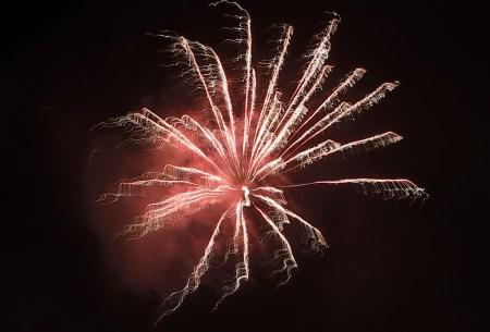 Feuerwerk 2016: Rote Feuerwerksblüte (Foto: Martin Dühning)