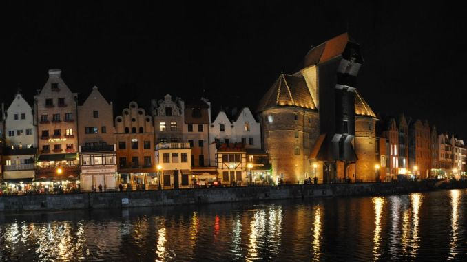 Panorama der Danziger Rechtstadt mit dem Krantor bei Nacht (Foto: Martin Dühning)