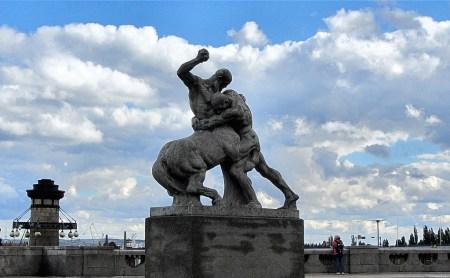Brachiales Denkmal: Herkules kämpft mit einem Zentauren (Foto: Salome Leinarkunion)